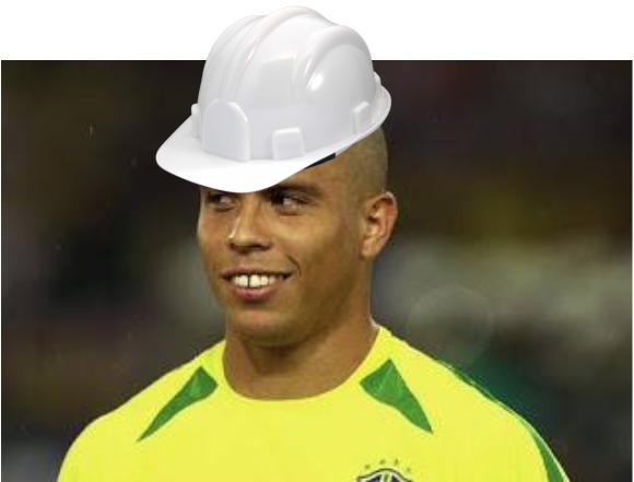 Jogador de futebol com capacete de engenheiro